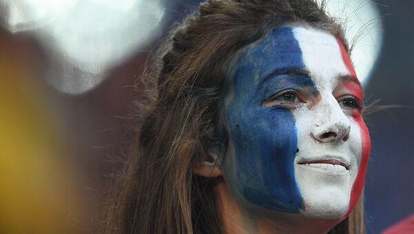Навијачица Француске након победе њене репрезентације над Белгијом и пласмана у финале - Sputnik Србија