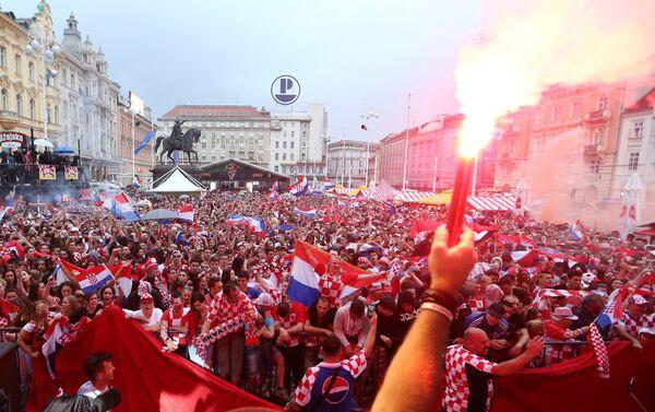 Na Trgu bana Jelačića u Zagrebu je veliki broj navijača vatrenih  koji posmatraju meč. - Sputnik Srbija