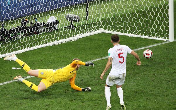 Pikford je bio već savladan ali se lopta zaustavila na stativi posle šuta Perišića - Sputnik Srbija