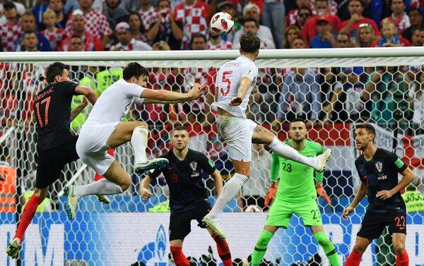 Stouns fantastično pokušava glavom sa 6 metara, ali lopta je skinuta sa gol linije - Sputnik Srbija