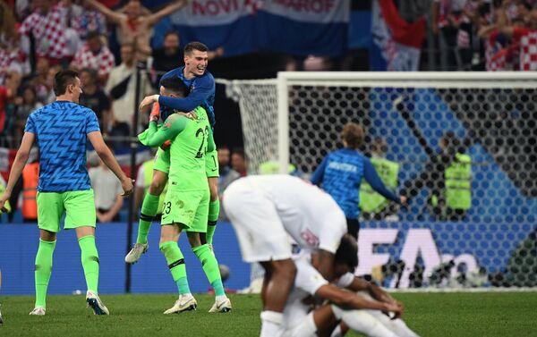 Igrači i jedne i druge reprezentacije nakon poslednjeg sudijskog zvižduka - Sputnik Srbija
