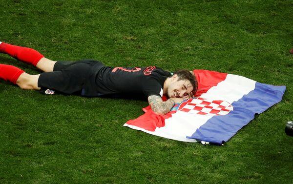 Šime Vrsaljko sa zastavom Hrvatske proslavlja pobedu nad Engleskom i plasman u finale - Sputnik Srbija