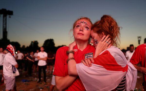 Razočarane navijačice Engleske u Hajd parku u Londonu nakon poraza od Hrvatske u polufinalu - Sputnik Srbija