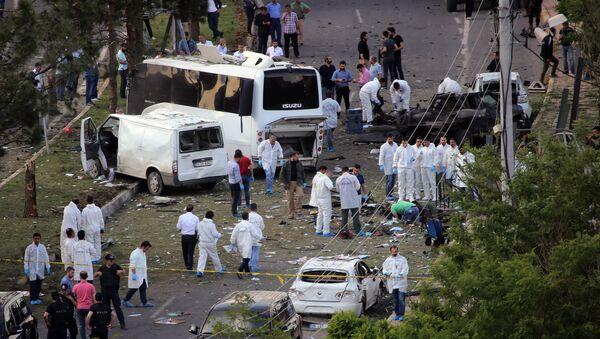 Istražitelji na mestu eksplozije automobila za koji je odgovoronost preuzela Kurdistanska radnička partija u Dijarbakiru - Sputnik Srbija
