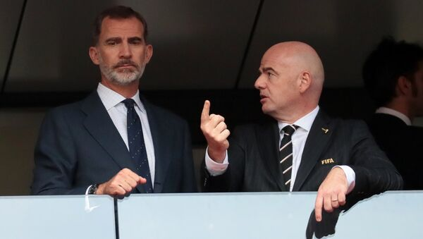 Kralj Španije Felipe VI i predsednik FIFA Đani Infantino na utakmici osmine finala Svetskog prvenstva u fudbalu između Španije i Rusije - Sputnik Srbija