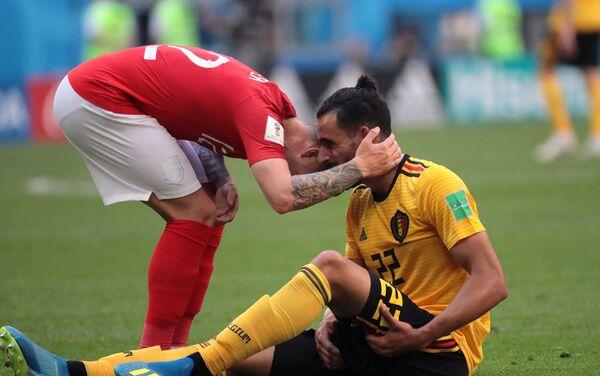 Engleski reprezentativac Kijeran Tripije teši povređenog Nasera Čadlija, koji neće moći da nastavi sa igrom - Sputnik Srbija