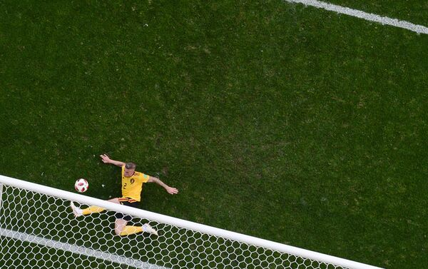 Aldervereld spasava svoj gol nakon pokušaja Dajera i ispadanja golmana Kurtoe - Sputnik Srbija