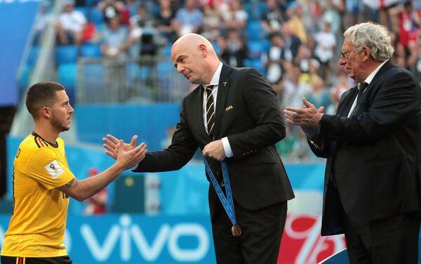 Kapiten Belgije Eden Azar i predsednik FIFA Đani Infantino - Sputnik Srbija