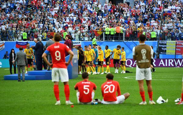 Reprezentativci Engleske posmatraju Belgijance na ceremoniji dodele bronzanih medalja - Sputnik Srbija