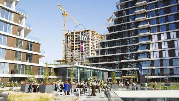 Prve dve zgrade izgrađene zgrade Beograda na vodi. U pozadini se vidi gradilište. - Sputnik Srbija