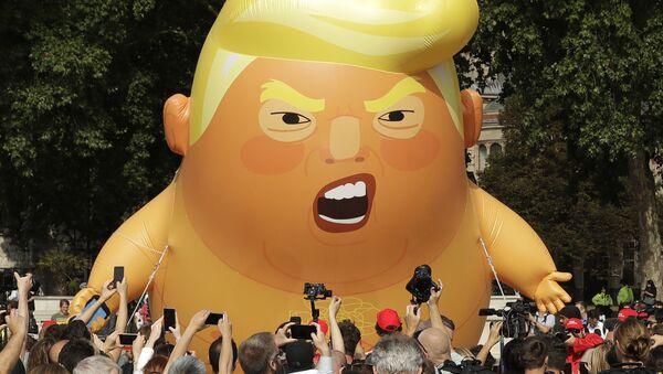 Лутка на надувавање с ликом Трампа као бебе током посете америчког председника Лондону - Sputnik Србија