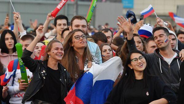 Navijači posmatraju utakmicu u zoni za navijače na Svetskom prvenstvu u fudbalu - Sputnik Srbija