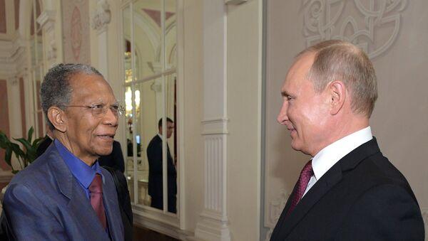 Bivši predsednik Madagaskara Didje Ratsiraka i predsednik Rusije Vladimir Putin u Boljšoj teatru - Sputnik Srbija