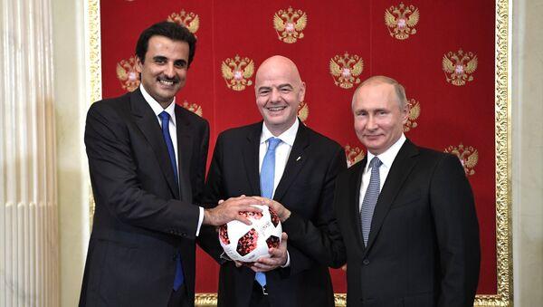 Emir Katar šeik Tamim bin Hamad el Tani, predsednik FIFA Đani Infantino i predsednik Rusije Vladimir Putin na svečanosti predavanja štafete Svetskog prvenstva u fudbalu - Sputnik Srbija