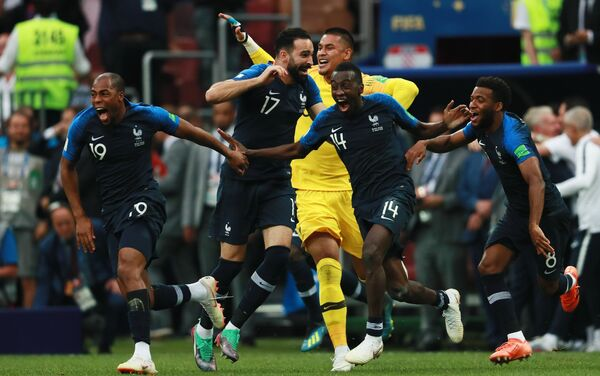 Репрезентативци Француске прослављају победу над Хрватском у финалу - Sputnik Србија