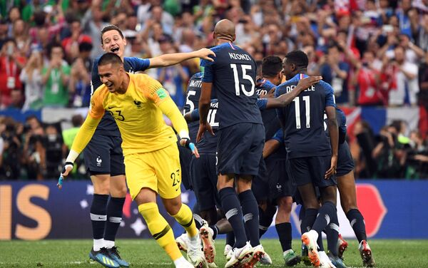 Репрезентативци Француске прослављају победу над Хрватском у финалу и освајање титуле светског првака - Sputnik Србија