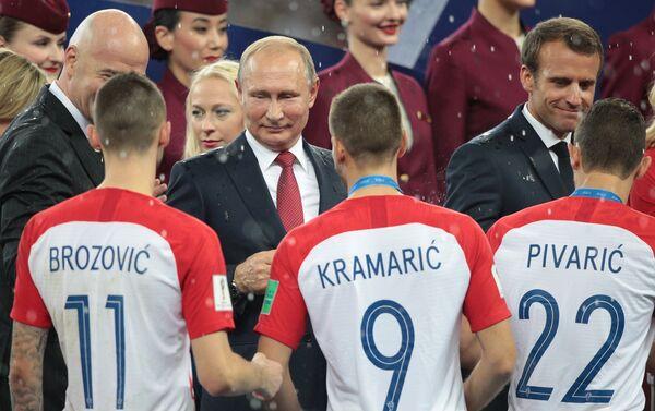 Председник Русије Владимир Путин уручује медеље играчима Хрватске - Sputnik Србија