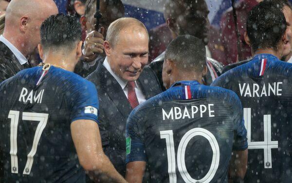 Председник Русије Владимир Путин уручује медеље играчима Француске - Sputnik Србија