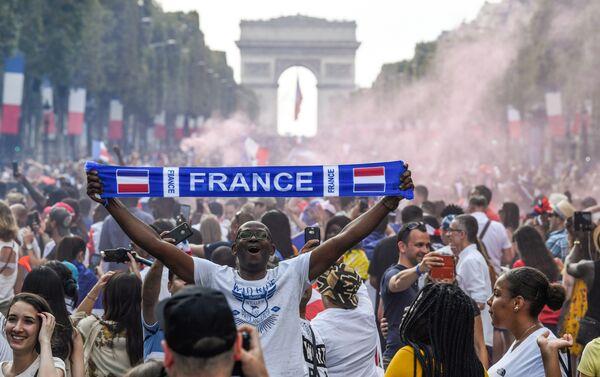 Велико славље Француза на улицама Париза - Sputnik Србија