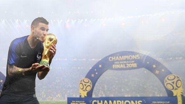 Reprezentativac Francuske Lukas Ernandez proslavlja titulu svetskog šampiona - Sputnik Srbija