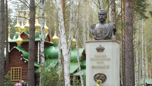 Spomenik ruskom imperatoru Nikolaju II na mestu gde su pronađeni posmrtni ostaci carske porodice u Jekaterinburgu - Sputnik Srbija