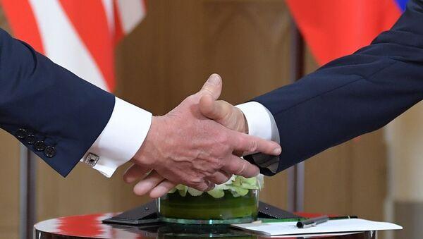 Rukovanje predsednika Rusije i SAD  Vladimira Putina i Donalda Trampa - Sputnik Srbija