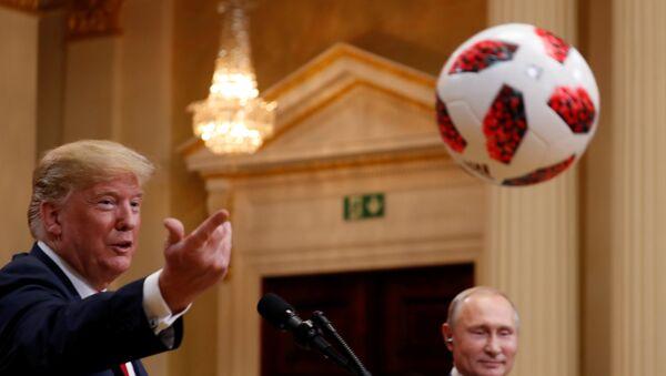 Tramp je loptu koju je dobio od predsednika Putina bacio svojoj supruzi Melaniji - Sputnik Srbija