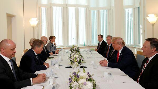 Председник САД Доналд Трамп, амерички државни секретар Мајкл Помпео, саветник за националну безбедност САД Џон Болтон и амбасадор САД у Финској Роберт Пенс, разговарају са председником Финске Саулијем Нинистом у Хелсинкију - Sputnik Србија