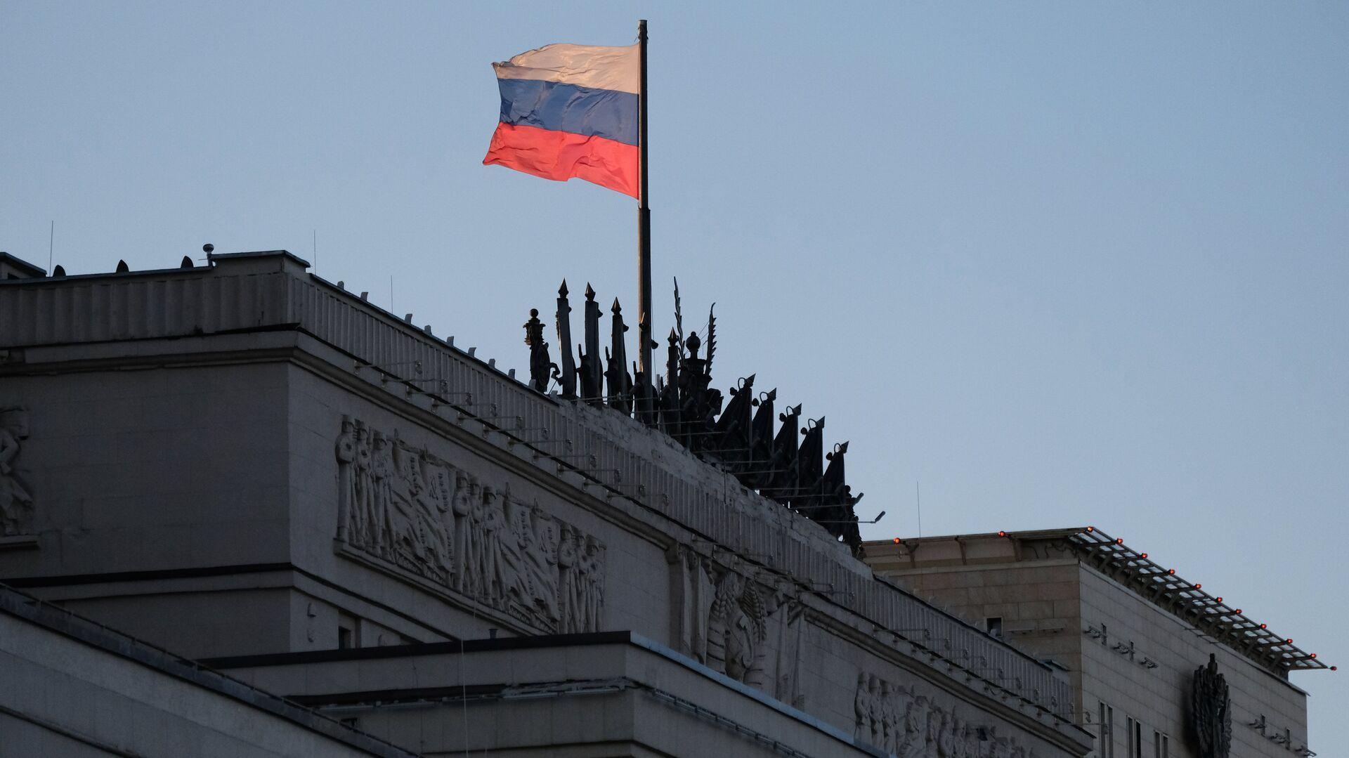 Zastava Rusije na zgradi Ministarstva odbrane u Moskvi - Sputnik Srbija, 1920, 15.09.2021