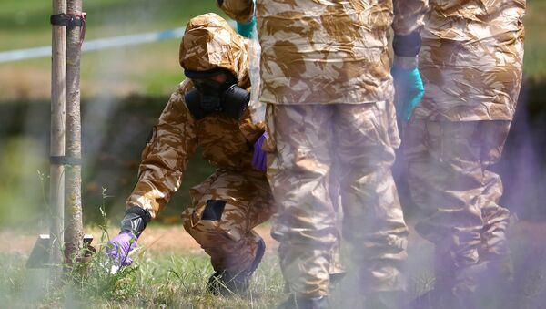 Vojni istražitelji u zaštitnim odelima skupljaju uzorke u Solsberiju - Sputnik Srbija