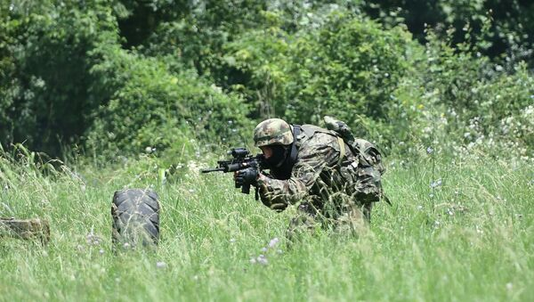 Припадник 63. падобранског батаљона током обуке у извршењу препада - Sputnik Србија