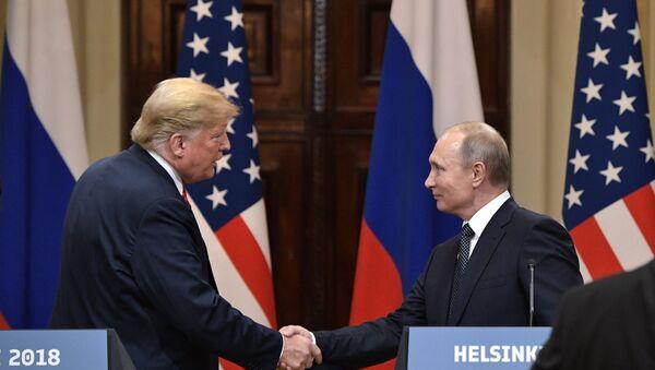 Председници САД и Русије, Доналд Трамп и Владимир Путин, рукују се након заједничке конференције за медије у Хелсинкију - Sputnik Србија