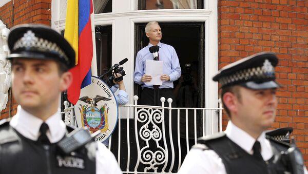 Osnivač Vikiliksa Džulijan Asanž u ambasadi Ekvadora u Londonu - Sputnik Srbija