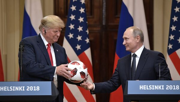 Председник Русије Владимир Путин предаје званичну лопту Светског првенства у фудбалу 2018. председнику САД Доналду Трампу на конференцији за медије у Хелсинкију - Sputnik Србија