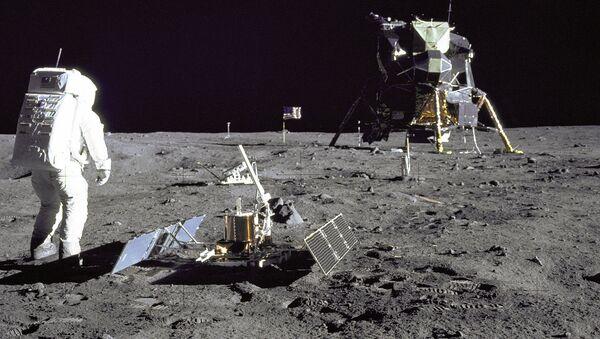 Astronaut Baz Oldrin tokom šetnje po površini Meseca - Sputnik Srbija