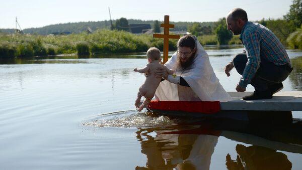 Masovno krštenje na reci Čusova u blizini crkve Kneza Valdimira u selu Stancioni-Poljevskoj. - Sputnik Srbija