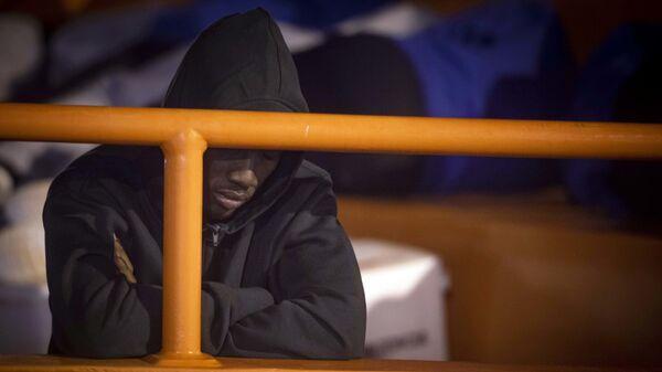 Мигрант на броду у Медитерану - Sputnik Србија