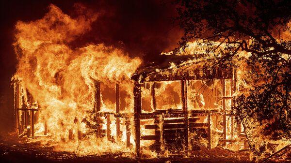 Ватра гута све пред собом у Калифорнији - Sputnik Србија