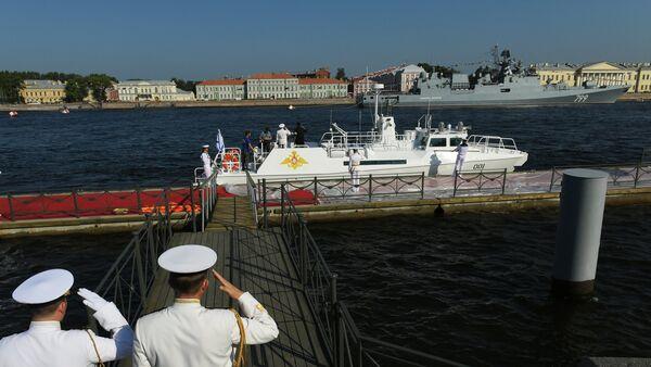 Predsednički čamac na reci Nevi pre početka glavne pomorske parade u čast Dana ruske mornarice u Sankt Peterburgu - Sputnik Srbija