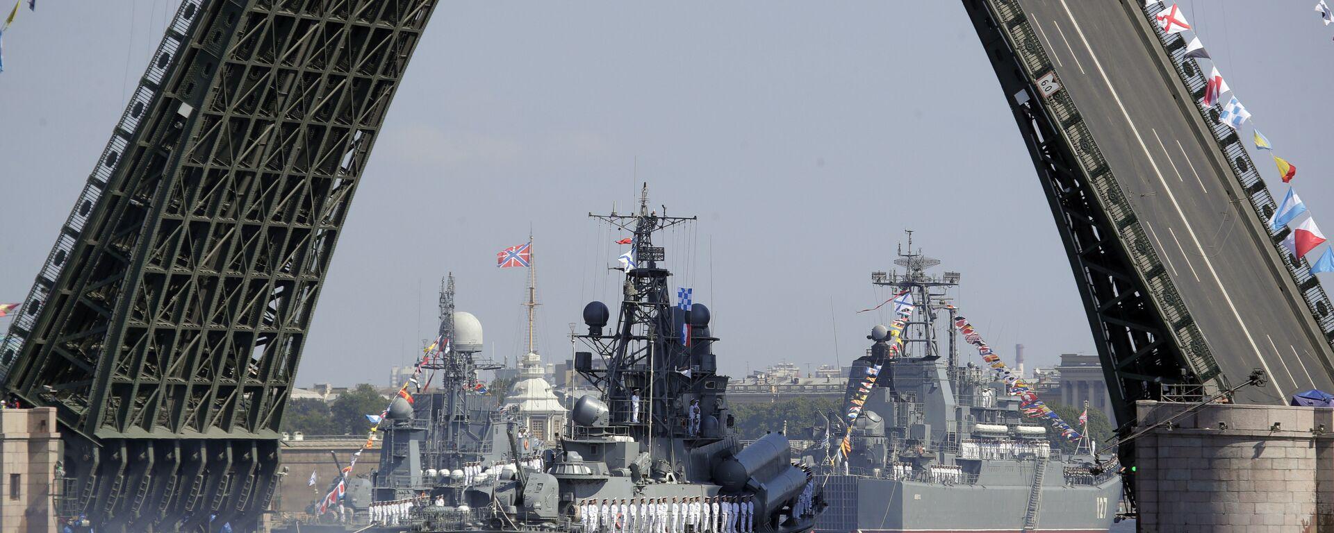 Ruski vojni brod plovi rekom Nevom tokom parade za Dan ratne mornarice Rusije u Sankt Peterburgu - Sputnik Srbija, 1920, 06.01.2020