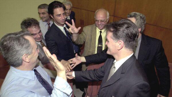 Advokatski tim Slobodana Miloševića snimljen 2001. godine - Sputnik Srbija