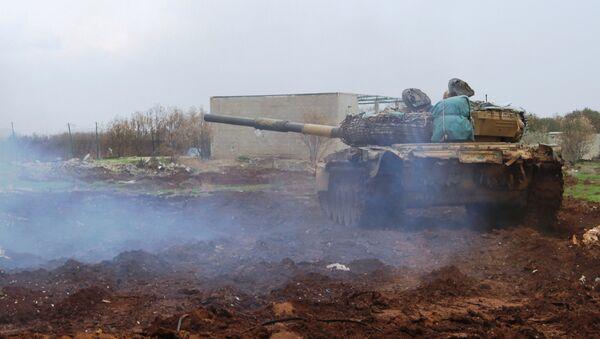 Tenk sirijske vojske ulazi na vatrene položaje u oblasti Šejh Miskin u provinciji Dera - Sputnik Srbija