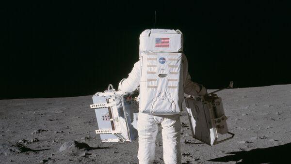 Astronaut Baz Oldrin šeta po površini Meseca tokom misije Apolo 11 - Sputnik Srbija