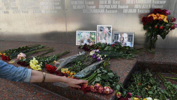 Cveće ispred fotografija novinara poginulih u Centralnoafričkoj Republici, Aleksandra Rastorgujeva, Kirila Radčenka i Orhana Džemala - Sputnik Srbija