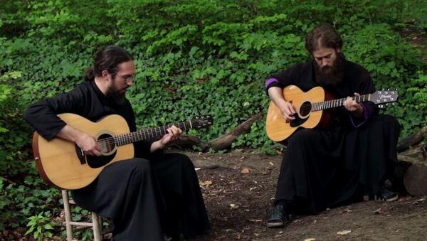 Monasi manastira Tuman sviraju pesmu Ajron Mejdena - Sputnik Srbija