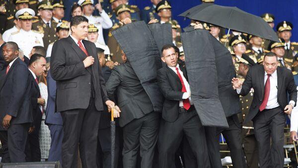 Obezbeđenje predsednika Venecuela Nikolasa Madura štiti predsednika nakon napada drona sa eksplozivom u Karakasu - Sputnik Srbija