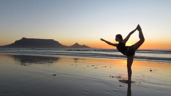 Девојка вежба јогу на плажи - Sputnik Србија