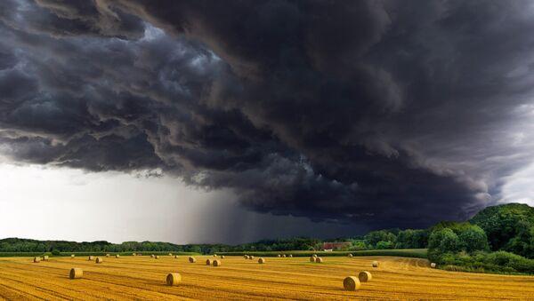 Градоносни облак над пољем - Sputnik Србија
