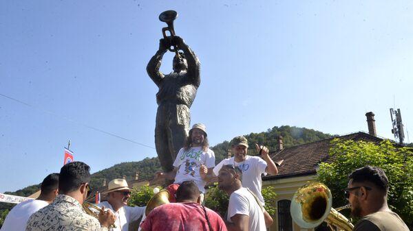Споменик трубачу у центру Гуче - Sputnik Србија