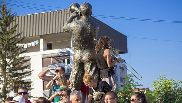 Sviranje trube pored spomenika Trubaču u Guči dok se čekala Marija Zaharova - Sputnik Srbija